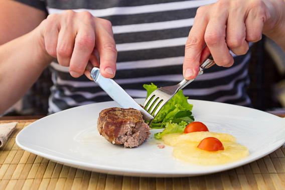 غذا خوردن با کارد و چنگال